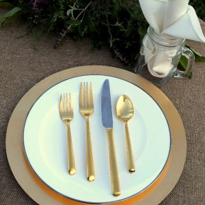 white and gold plate set